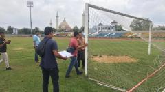 Indosport - PT LIB saat melakukan verifikasi home base tim promosi Liga 2 2020, AA Tiga Naga, di Stadion Tuanku Tambusai, Kampar, Riau, Selasa (25/2/20).
