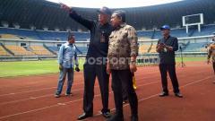 Indosport - Wakil Wali Kota Bandung, Yana Mulyana, Rabu (01/07/20), meninjau kesiapan Stadion GBLA yang akan menjadi tempat latihan Persib untuk lanjutan Liga 1 2020.
