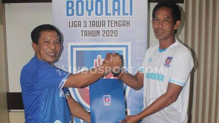 Penunjukan pelatih baru Persebi Boyolali, (kiri) Kukuh Hadiatmo, manager Persebi Boyolali, dan Khamid Mulyono, Pelatih Persebi Boyolali untuk musim 2020. - INDOSPORT
