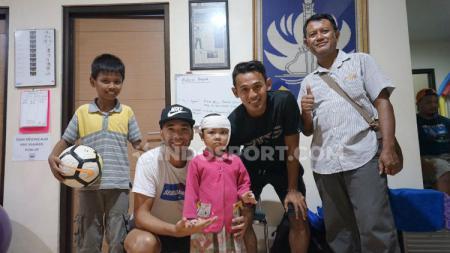 Seorang gadis kecil asal Grobogan bernama Praba rela menempuh perjalanan dua jam bersama ayah dan kakaknya untuk bertemu dengan dua bintang klub Liga 1 PSIS Semarang yakni Hari Nur Yulianto dan Bruno Silva. - INDOSPORT