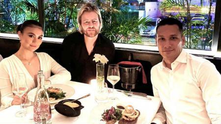 Raphael Maitimo makan malam bareng Agnez Mo. - INDOSPORT