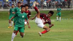 Indosport - Timnas Indonesia U-16 mengakhiri TC di Yogyakarta dengan beruji coba melawan PSS Sleman U-16. Kedua tim bermain imbang 1-1 di Lapangan Universitas Islam Indonesia (UII), Sleman, Jumat (28/02/20). Foto: Ronald Seger Prabowo/INDOSPORT