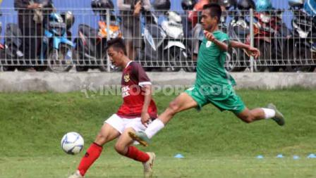 Timnas Indonesia U-16 mengakhiri TC di Yogyakarta dengan beruji coba melawan PSS Sleman U-16. Kedua tim bermain imbang 1-1 di Lapangan Universitas Islam Indonesia (UII), Sleman, Jumat (28/02/20). Foto: Ronald Seger Prabowo/INDOSPORT
