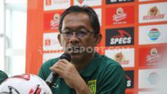 Indosport - Aji Santoso dalam konferensi pers Persebaya Surabaya.