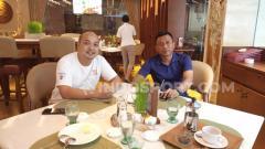 Indosport - Manajer Persita Tangerang, I Nyoman Suryanthara (kiri), bersama pelatih Widodo C. Putro.