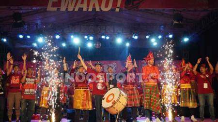 Terungkap sudah penyebab PSM Makassar belum meluncurkan jersey baru untuk Shopee Liga 1 2020. Rupanya, manajemen merencanakan bakal mengganti sponsor utama di baju perang Willjan Pluim dkk. - INDOSPORT