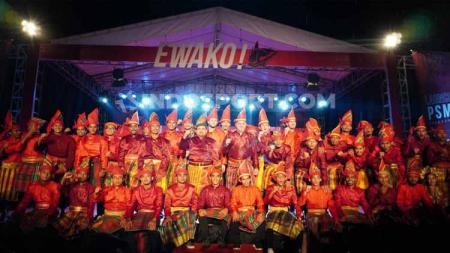 Jajaran manajemen, tim pelatih, dan pemain PSM Makassar berfoto bersama saat peluncuran skuat di Halaman Stadion Andi Mattalatta, Makassar, Kamis (27/02/20) malam. - INDOSPORT