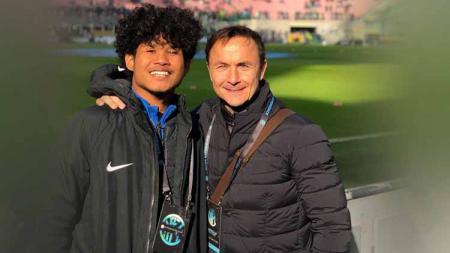 Pemain Timnas Indonesia, Bagus Kahfi (kiri) tetap berkesempatan berkarier di Eropa usai dapat wejangan dari dua alumnus FC Utrecht. - INDOSPORT