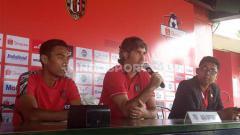 Indosport - Pelatih Bali United, Stefano Cugurra Teco didampingi kapten tim, Fadil Sausu dalam jumpa pers, Sabtu (29/2/20).