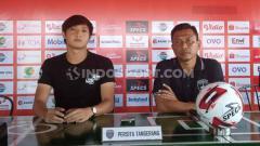 Indosport - Penyerang Persita, Chandra Waskito (kanan) didampingi pelatih Widodo Cahyono Putro dalam sesi jumpa pers di Bali United Cafe.