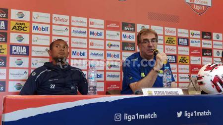 Pelatih Persib Bandung, Robert Rene Alberts memberikan kritik terhadap kinerja wasit Agus Fauzan Arifin yang memimpin pertandingan perdana Liga 1 2020. - INDOSPORT