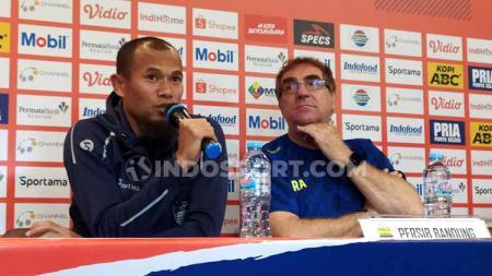 Pelatih Persela, Nil Maizar (kanan) saat konferensi pers di Graha Persib, Jalan Sulanjana, Kota Bandung, Sabtu (29/02/2020). - INDOSPORT