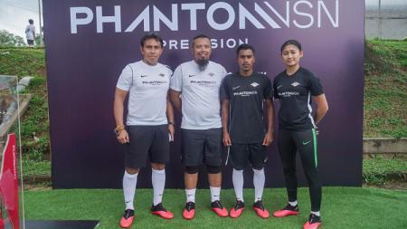 Pelatih Bima Sakti bersama bintang timnas Indonesia putri, Zahra Muzdalifah dan eks pilar timnas U-16, Hamsa Lestaluhu. - INDOSPORT
