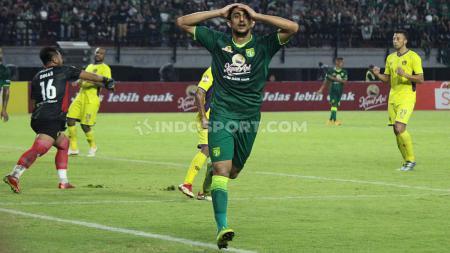 Ekspresi kekecewaan pemain Persebaya, Mahmoud Eid (tengah) usai gagal memanfaatkan peluang di gawang Persik pada pertandingan perdana Liga 1 2020 di Stadion GBT, Sabtu (29/02/20). - INDOSPORT