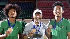 Indosport - Mantan pelatih Timnas Indonesia U-19, Fakhri Husaini, bersama Bagus Kahfi dan Bagas Kahfa.