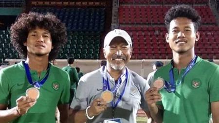 Mantan pelatih Timnas Indonesia U-19, Fakhri Husaini, bersama Bagus Kahfi dan Bagas Kahfa. - INDOSPORT