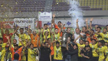 Selebrasi perayaan tim PSP Padang (Sumatera Barat) yang berhasil menjadi juara Piala Soeratin U-15 2019-2020 usai mengalahkan Gabsis Sambas (Kalimantan Barat) 2-1 pada babak final di Stadion Manahan Solo, Sabtu (29/02/20).