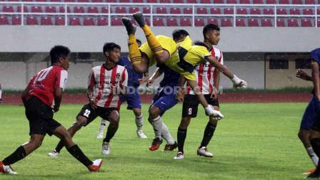 Aksi kiper Kalimantan Barat (Kuning) menghalau serangan para pemain Sumatera Barat pada babak final Piala Soeratin U-15 2019-2020 di Stadion Manahan Solo, Sabtu (29/02/20).