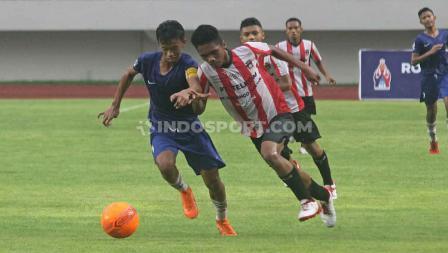 Duel antara pemain Sumatera Barat (kanan) dengan pemain Kalimantan Barat (kiri) pada babak final di Stadion Manahan Solo, Sabtu (29/02/20).