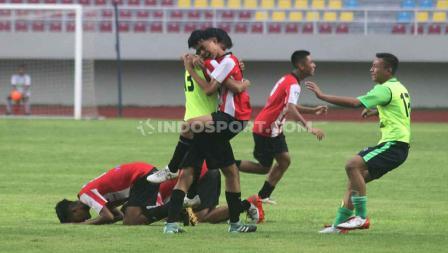 Kegembiraan para pemain Sumatera Barat usai mengalahkan Kalimantan Barat 2-1 pada babak final di Stadion Manahan Solo, Sabtu (29/02/20).