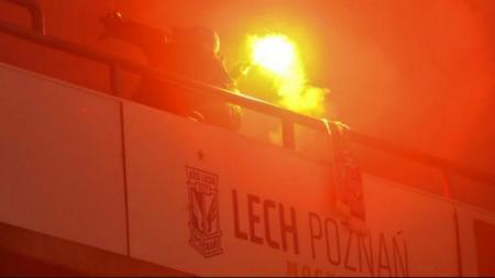 Oknum suporter Lechia Gdansk membuat kericuhan di laga melawan Lech Poznan, Minggu (23/02/29). - INDOSPORT