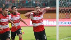 Indosport - Selebrasi Jaimerson Da Silva, pemain Madura United dalam pertandingan Liga 1 2020 pekan pertama melawan Barito Putera.
