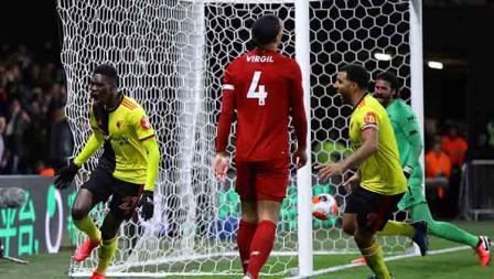 Selebrasi pemain Watford, Ismaila Sarr (kiri) saat menjebol gawang Liverpoool kedua kalinya dalam pertandingan Liga Inggris 2019-2020 pekan ke-28 di Vicarage Road.