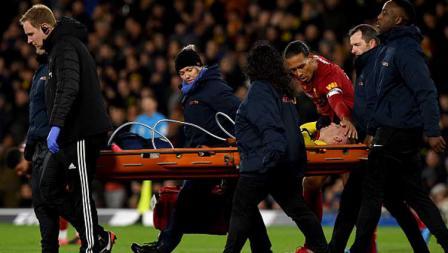 Bek tengah Liverpool, Virgil van Dijk seakan meminta maaf saat duel fisiknya mencederai pemain Watford, Gerard Deulofeu dalam pertandingan Liga Inggris 2019-2020 pekan ke-28.