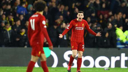 Bek Kiri Liverpool, Andy Robertson (kanan) menunjukkan ekspresi rasa tak percaya kepada rekan setimnya, Mohamed Salah usai dibobol ketiga kalinya oleh Watford dalam pertandingan Liga Inggris 2019-2020 pekan ke-28.