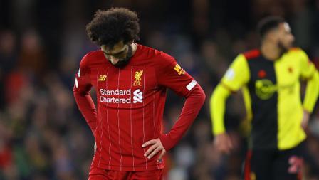Striker Liverpool, Mohamed Salah tertunduk lemas saat timnya dibantai 0-3 oleh Watford dalam pertandingan Liga Inggris 2019-2020 pekan ke-28 di Vicarage Road.