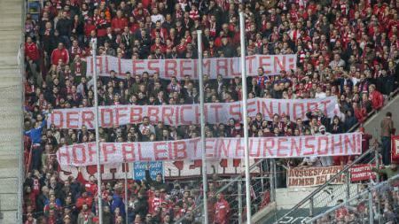 Fans Bayern Munchen dianggap idiot oleh petinggi klub junjungannya, Karl-Heinz Rummenigge, pasca laga Bundesliga Jerman kontra Hoffenheim. - INDOSPORT