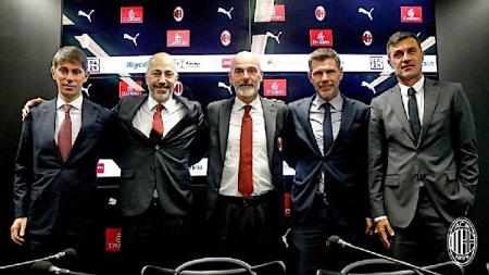 Mengancam bakal mendepak siapapun yang tak sepaham dengan revolusi Rangnick, Ivan Gazidis selaku CEO AC Milan meminta Paolo Maldini untuk menetap di San Siro. - INDOSPORT