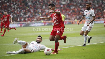 Winger Persija Jakarta, Osvaldo Haay berusaha melewati hadangan lini pertahanan Borneo FC di pekan pertama Liga 1 2020.