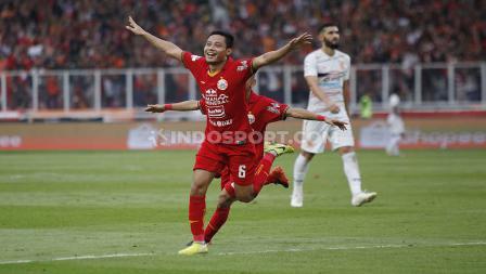 Selebrasi striker Persija, Evan Dimas usai mencetak gol ke gawang Borneo FC pada Liga 1 2020 di Stadion Gelora Bung Karno, Minggu (01/03/2020).