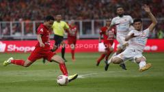 Indosport - Pemain Persija Jakarta, Evan Dimas  (kiri) mendapat pujian dari Gelandang Bali United, Brwa Nouri.