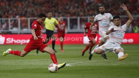 Pemain Persija Jakarta, Evan Dimas  (kiri) mendapat pujian dari Gelandang Bali United, Brwa Nouri. - INDOSPORT