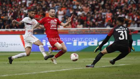Diego Michiels berusaha menghentikan laju Marc Klok dalam laga Persija Jakarta vs Borneo FC.