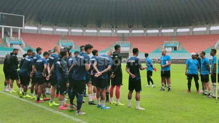 Media officer Arema FC memberi konfirmasi atas surat PSSI yang telah memanggil 5 pemain dalam persiapan Timnas Indonesia. - INDOSPORT