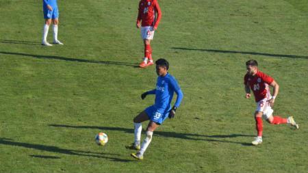 Calon bek naturalisasi Timnas Indonesia, Darren Sidoel harus mengurungkan niatnya untuk bertandingan melawan klub Liga Europa akibat virus Corona. - INDOSPORT