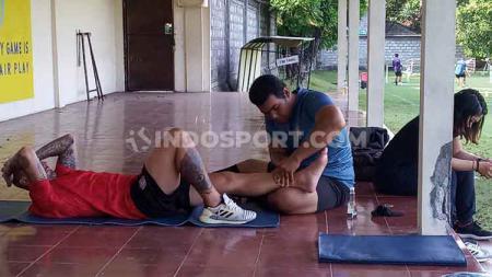 Paulo Sergio saat menjalani program bersama fisioterapis Bali United menjelang laga Liga 1 2020 di Lapangan Trisakti Legian Kuta, Badung, Senin (2/3/20). - INDOSPORT