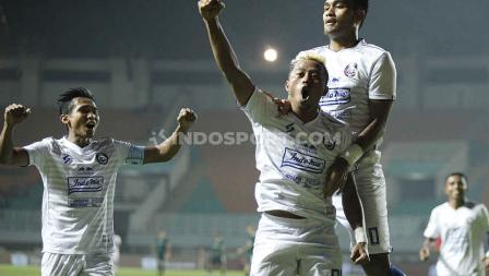 Selebrasi pemain Arema FC usai Kushedya Yudo mencetak gol.