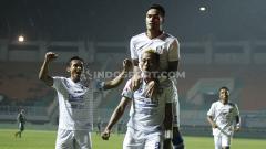 Indosport - Media Officer Arema FC, Sudarmaji menyatakan pihaknya masih membuka diskusi kepada anggota timnya, mengenai renegosiasi kontrak.