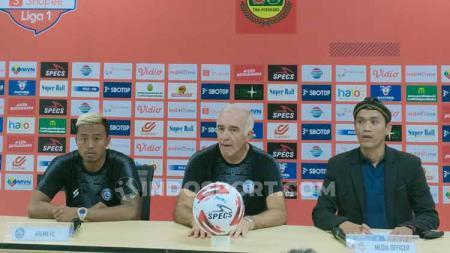 Pelatih Arema FC, Mario Gomez dan pemain Arema FC, Kushedya Hari Yudo. - INDOSPORT