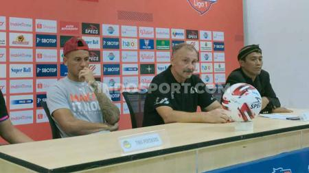 Pelatih Tira Persikabo, Igor Nikolayevich Kriushenko, dan pemain Tira Persikabo, Alex dos Santos. - INDOSPORT