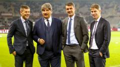 Indosport - Dua petinggi AC Milan, Zvonimir Boban (kiri) dan Paolo Maldini (kedua dari kanan), memiliki momen mengharukan bersama pasukan Rossoneri dengan pelatih mereka, Stefano Pioli.