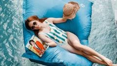 Indosport - Ratchanok Intanon ketika tengah bersantai di kolam renang