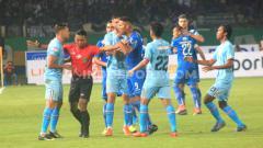 Indosport - Laga antara Persib Bandung vs Persela Lamongan pada laga kandang Liga 1 2020 di Stadion Si Jalak Harupat, Kabupaten Bandung, Minggu (01/03/2020).