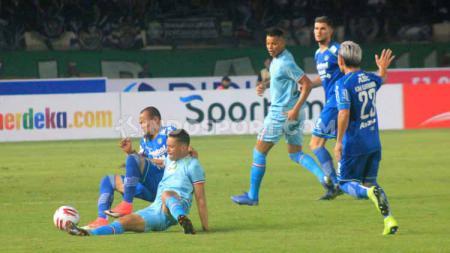 Laga antara Persib Bandung vs Persela Lamongan pada laga kandang Liga 1 2020 di Stadion Si Jalak Harupat, Kabupaten Bandung, Minggu (01/03/2020). - INDOSPORT