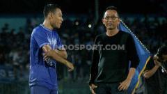 Indosport - Pemain senior PSCS Cilacap, Jajang Sukmara berbincang dengan manejer tim Bambang Tujiatno usai melawan PSIM Yogyakarta.