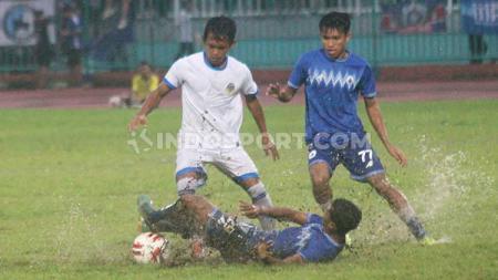 ek PSIM Yogyakarta, Crah Eka Angger (putih) berebut bola melawan PSCS Cilacap dalam uji coba di Stadion Wijayakusuma, Cilacap, Minggu (1/3/20). - INDOSPORT